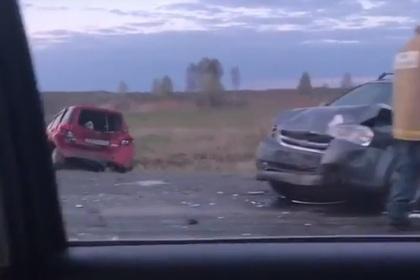 Водитель фуры отвлекся и протаранил пять машин в Тюменской области