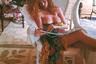 Красавица Марго за чтением глянцевых журналов может позволить себе легкую небрежность в образе. Сен-Бартелеми, 1996 год.