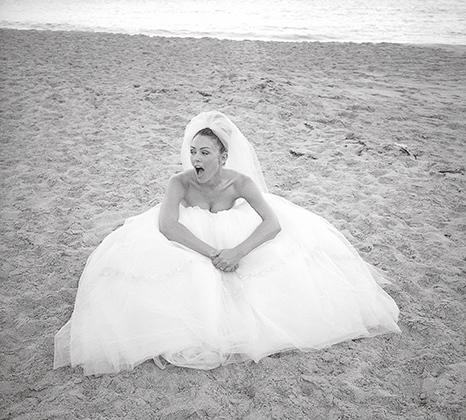 Хью Грант так и не сделал Элизабет Хёрли предложение, так что примерить свадебное платье актрисе удалось только на съемках рекламного ролика. Фламандский пляж, Сен-Бартелеми, 2000 год.