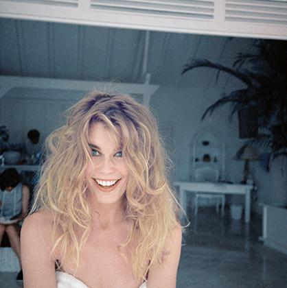 Клаудия Шиффер прекрасна и в халате с растрепанными волосами... Cен-Бартелеми, 1994 год.