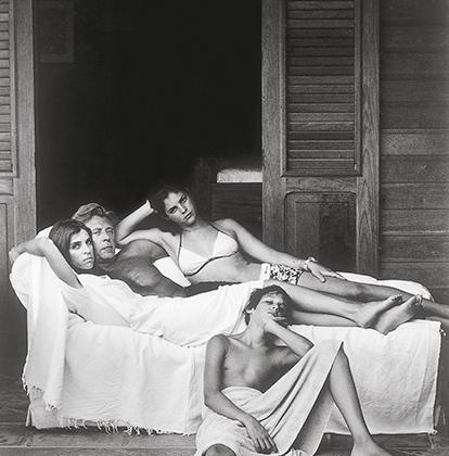 Карин Ройтфельд с мужем, дочерью Джулией и сыном Владимиром приехала отдохнуть на Сен-Барт за год до своего назначения главным редактором французского Vogue, 2000 год.