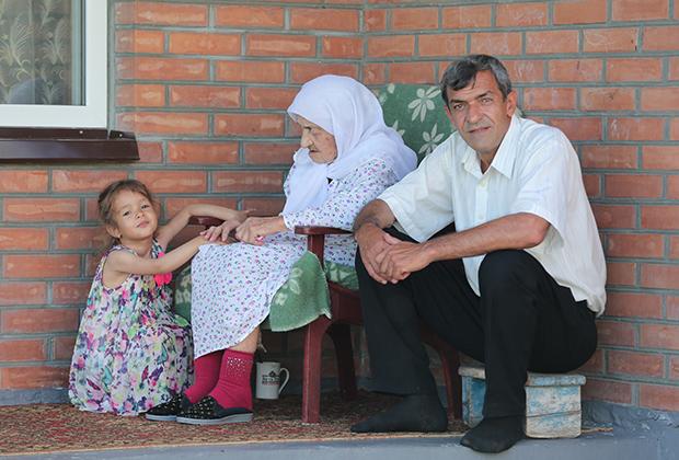Коку Истамбулова со своим внуком Ильясом и правнучкой Седой