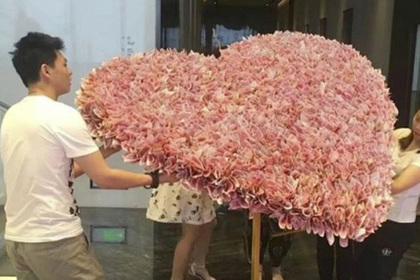 Китаец подарил возлюбленной гигантский букет из денег и нарушил закон