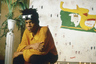 Не ослабевает интерес поп-культуры к фигуре Жан-Мишеля Баския, анфан-террибля нью-йоркской арт-сцены 1970-1980-х — что, в общем-то, вполне логично. Бравурное, изобретательное и провокативное искусство художника продолжает дорожать — в то время как из его короткой яркой биографии не выветривается с течением времени трагический романтизм богемного саморазрушения. «Взрыв реальности», впрочем, интересен не только героем, но и фигурой автора: это вернувшаяся в режиссуру после двадцати лет перерыва Сара Драйвер, жена и муза Джима Джармуша. Предыдущие фильмы Драйвер отличались довольно интенсивным экспрессионистским стилем — здесь она работает мягче, создавая вполне традиционный по структуре портрет художника в юности: архивные съемки конца 1970-х дополняют современные интервью с друзьями, знакомыми и возлюбленными Баския того времени. Но эта сдержанность в итоге только добавляет фильму обаяния и уместной, учитывая описываемый возраст героя, легкости шага.