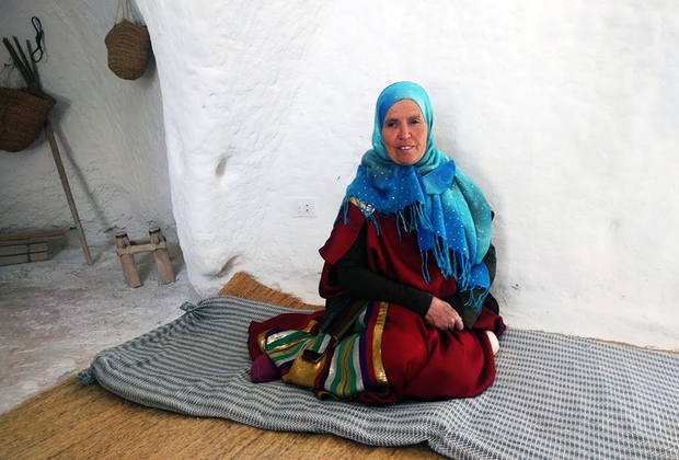 Живущие в Тунисе племена берберов предпочитают не строить свои дома на поверхности земли, а выкапывать их на глубине более десяти метров. Из-за этого племя называют «троглодиты», что означает «живущие в пещере».