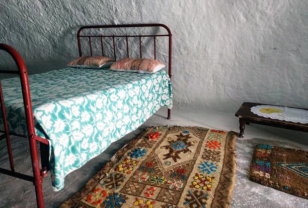 В Тунисе есть деревня троглодитов Матмата, очень популярная среди туристов. В 70-х годах прошлого века государство выделило троглодитам жилье в современных поселках. Многие жители деревни отказались переезжать и остались в своих пещерах.