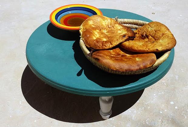 В Тунисе не принято употреблять еду на ходу или стоя, рассматривать и отвлекать человека за столом. Также строго запрещено употребление алкоголя на улице и прогулки в нетрезвом виде. За это могут оштрафовать и даже арестовать.