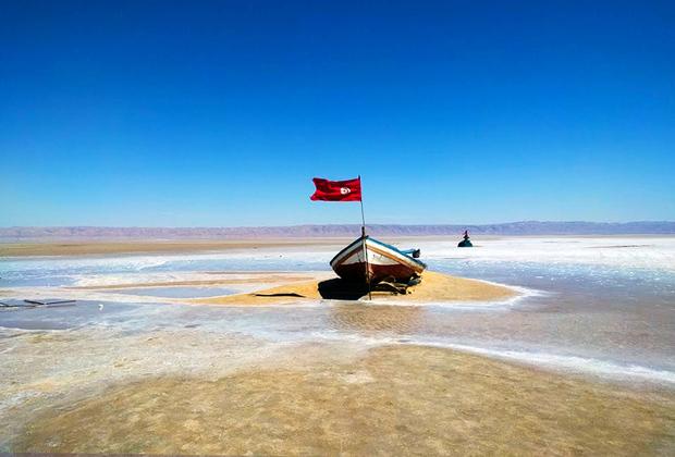 Озеро Шотт-Эль-Джерид по праву можно назвать чудом юга Туниса, как и пустыню Сахара. Ровная поверхность, покрытая тончайшей корочкой из соли, простирается на площади пять квадратных километров. Миражи, искрящиеся на солнце горы из соли, розовые, зеленые и фиолетовые сульфатные воды, порывистый ветер— все это привлекает туристов.