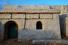 Живущие в пустыне берберы весьма корыстно относятся к туристам и стараются всячески заработать на желающих посетить их жилище. Принимая приглашение посмотреть их поселение, готовьтесь к тому, что вам могут навязать покупку сувениров или потребовать заплатить за каждую фотографию, сделанную на их территории.