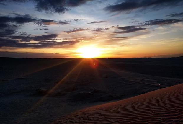 В Тунисе Джордж Лукас снимал начало первого фильма саги «Звездные войны». Пустынная планета Татуин, где родился главный герой классической трилогии Люк Скайуокер из «Эпизод IV: Новая надежда»,— это типичный тунисский пейзаж.
