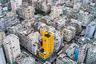 В каменных джунглях Гонконга поймать яркий кадр оказалось куда сложнее. Но фотограф Виктор Ченг сумел обнаружить бананово-желтый небоскреб среди серого моря панельных многоэтажек.