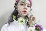 В мае пользователям Instagram предложили включить фантазию и создать сюрреалистичные снимки с помощью самых обычных предметов. Блогер и фотомодель Елена Шейдлина решила объединить грим и цветы, чтобы преобразиться в лесную нимфу.