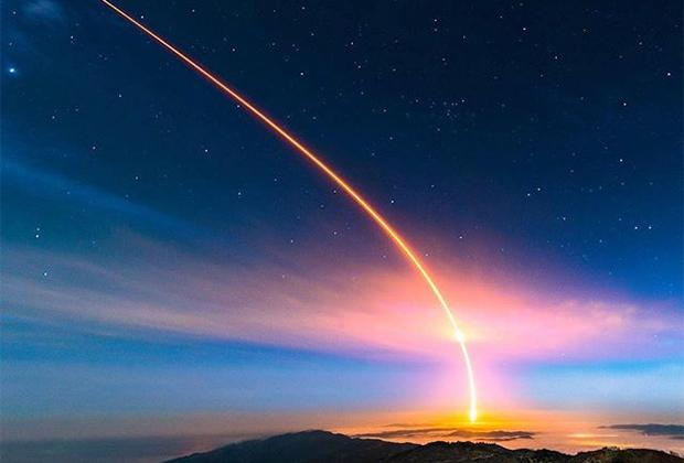 """Яркий след от <a href=""""https://lenta.ru/news/2018/05/05/insight/"""" target=""""_blank"""">запущенного</a> NASA марсохода InSight запечатлел фотограф Энди Фортсон. «Когда ракета пропала из виду, я посмотрел на свой кадр и увидел эти цвета. Я был потрясен, вышло даже лучше, чем я надеялся», — похвастался он."""