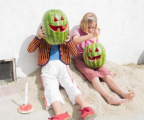 Открытие сезона арбузов — веский повод для улыбки. Жаль, что в России сладкие ягоды созреют только к августу.