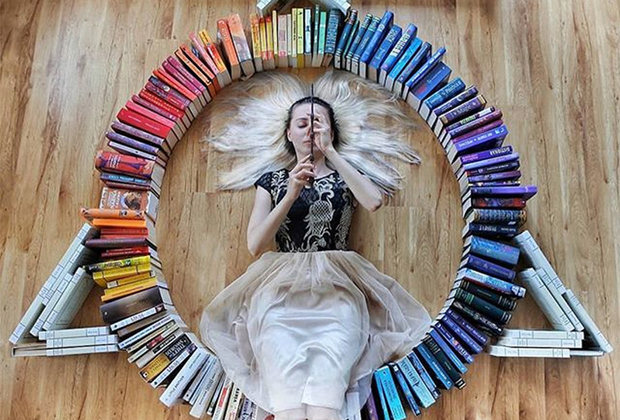 Книжный блогер Элизабет Саган так любит сагу о Гарри Поттере, что решила воспроизвести знак даров смерти: бузинной палочки, мантии-невидимки и воскрешающего камня. «Ничего не развивает воображение лучше, чем хорошая книга», — считает она.