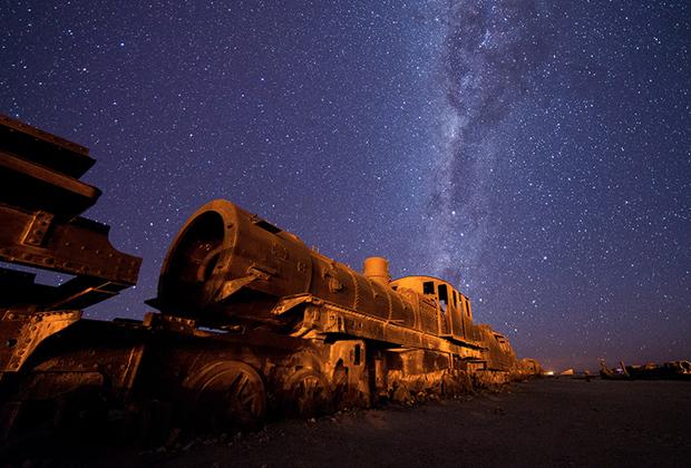 Всего на кладбище поездов покоятся около сотни локомотивов, тендеров и вагонов, что вкупе с инопланетными пейзажами солончака делает Уюни настоящим раем для фотографа.