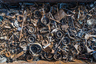 Кроме аутентичных деталей паровозов, на кладбище поездов много и современного мусора, сделанного из металла. Местные жители тащат сюда старые колесные диски, решетки радиаторов и прочие детали автомобилей.