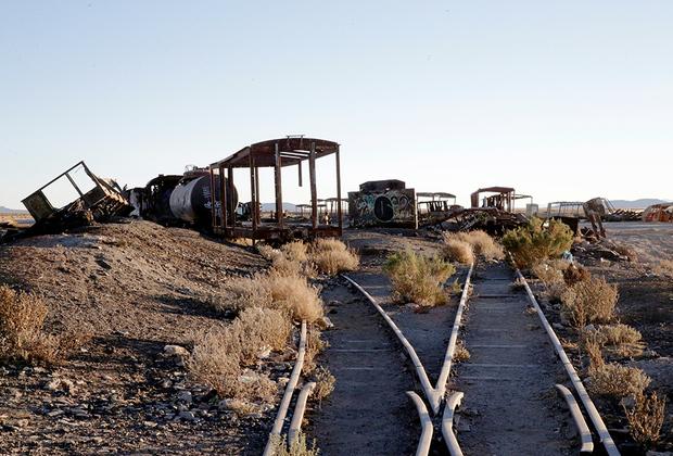 Железнодорожные пути никто не разбирал. Они постепенно зарастают колючкой, а шпалы уже почти полностью занесены.