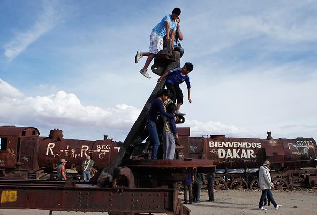 Кладбище поездов — одна из достопримечательностей Боливии, поэтому организаторы ралли-рейда Dakar, составляя маршрут гонки, не могли не проложить его мимо заброшенных локомотивов. Местные жители тут же расписали поезда приветственными лозунгами.