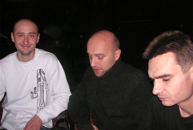На фото (слева направо): Аркадий Бабченко, Захар Прилепин и Александр Карасев