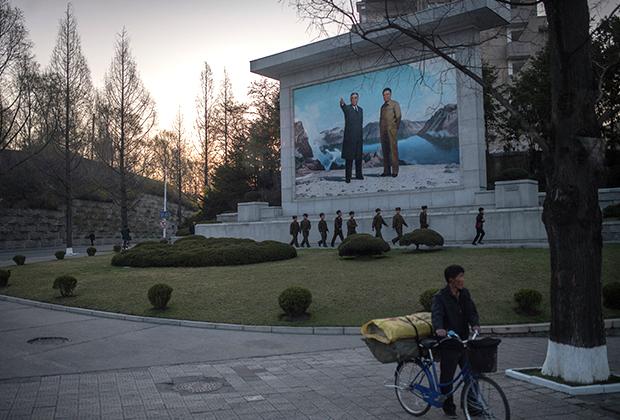 Первое, что бросается в глаза в Пхеньяне, — портреты Ким Ир Сена и Ким Чен Ира, украшающие многие сооружения