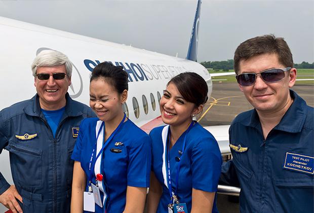 Пилоты Sukhoi Superjet 100 со стюардессами индонезийских авиалиний