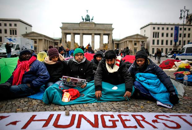 С другой стороны, даже в странах, чьи власти охотно принимали беженцев, граждане роптали. В ФРГ на волне антимигрантских настроений ультраправая партия «Альтернатива для Германии» прошла в бундестаг, набрав почти 13 процентов голосов.