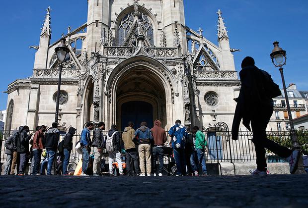На улицах Парижа с каждым годом можно встретить все больше беженцев из африканских и ближневосточных стран. Местные жители и общественные организации пытаются помочь людям, предоставляя им крышу над головой, теплую одежду, еду и товары первой необходимости.  <br><br> При этом власти стараются побыстрее выслать мигрантов в те страны, из которых они прибыли. Так, в 2017 году Верховный суд республики отказался считать Албанию, Сенегал и частично признанное Косово опасными для проживания странами.