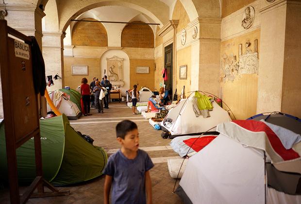 В Италии глава МВД Марко Миннити в 2017-м одним из первых указов лишил мигрантов права подавать апелляцию на отказ в предоставлении убежища, а заодно распорядился создать центры репатриации в каждой провинции для содержания тех, кто в ближайшее время отправится на родину. Подобные центры существовали в Италии, но их закрыли несколько лет назад из-за жалоб на нечеловеческие условия содержания.
