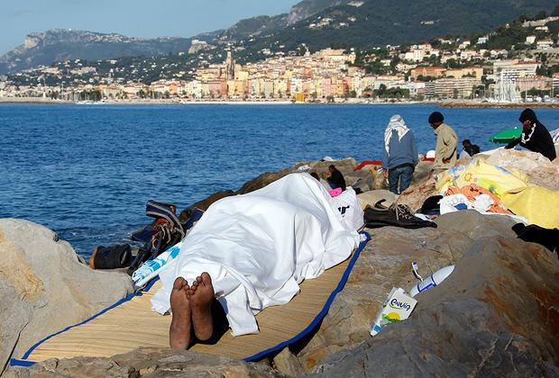 Европейские власти неоднократно жаловались на то, что туристы отказываются приезжать на курорты из-за соседства с мигрантами на живописных пляжах.
