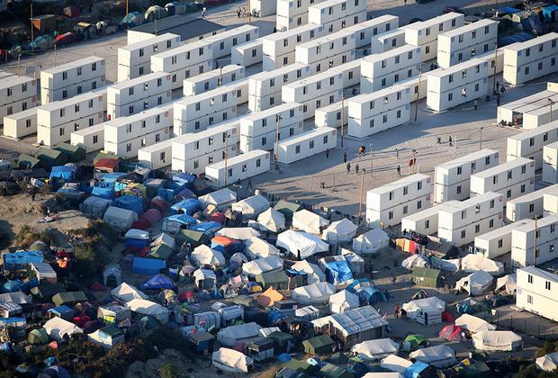 Портовый город Кале, расположенный у Ла-Манша, является ключевым пунктом для нелегальных мигрантов, которые пытаются попасть в Великобританию. В 2017-м полиция без предупреждения снесла лагерь беженцев «Джунгли» возле Кале, где годами ютились тысячи людей, пытавшихся попасть в Британию.  <br><br> Местные жители давно выражали недовольство тем, что мигрантский центр практически превратился в город вынужденных переселенцев: там появились нелегальные магазины, школы и религиозные учреждения, а сам он стал рассадником криминала.