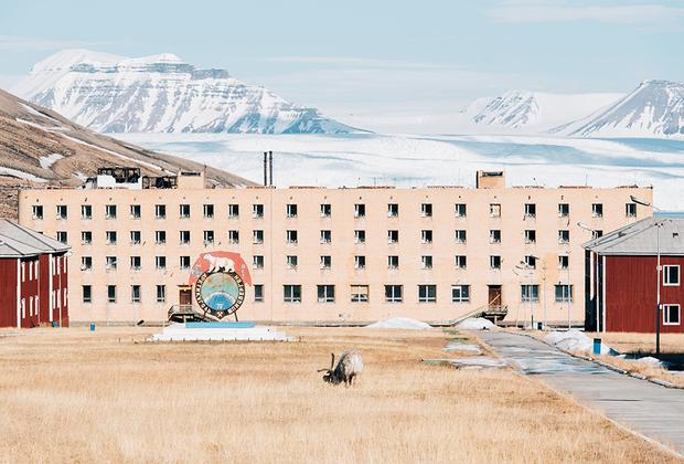 На Шпицбергене фотографа заинтересовали памятники социалистического строительства. Типовые советские здания и шахты принадлежат российскому государственному тресту «Арктикуголь», который владеет на архипелаге участком площадью 251 квадратный километр, работающими и заброшенными сооружениями и плакатами с изображением белого медведя. На фоне грандиозных ледников стандартная четырехэтажка выглядит почти курьезом.