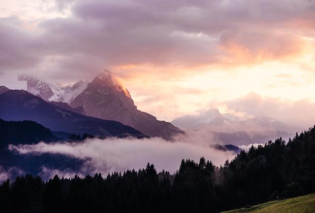 Йохан Лолос считает, что самые прекрасные рассветы в мире можно увидеть в Баварских Альпах: «Все небо словно загорается огнем, а вершины гор делаются ярко-розовыми».