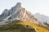 Доломитовые Альпы отличаются от всех прочих своими бледными скальными породами. В разное время суток солнце окрашивает их то в желтые, то в фиолетовые, то в красные оттенки.