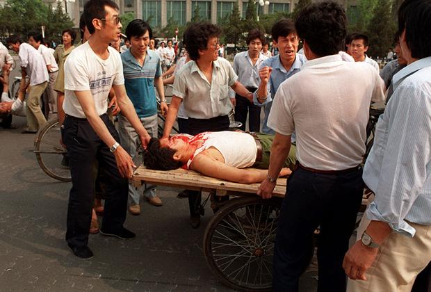 Рано утром 3 июня невооруженные части Народно-освободительной армии Китая (НОАК) направились к Тяньаньмэнь и попытались прогнать демонстрантов. Однако те не подчинились. Вечером того же дня в город вошли армейские подразделения с танками. Им оказали жесткое сопротивление. Участники протестов забрасывали технику камнями и бутылками с зажигательной смесью, строили баррикады.  <br><br> Студенты использовали стальные балки, чтобы испортить гусеницы бронетехники. Обездвиженные машины затем поджигали. На подступах к площади появились баррикады из автобусов и грузовиков. Брошенная техника на время остановила продвижение новых танков к Тяньаньмэнь.