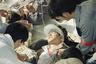 Вскоре студенты разбили на Тяньаньмэнь палаточный лагерь, многие объявили голодовку. Правительство пробовало наладить диалог с протестующими, однако эти попытки успехом не увенчались. В то же время тогдашний генеральный секретарь компартии Чжан Цзыян оказывал негласную материальную поддержку демонстрантам.