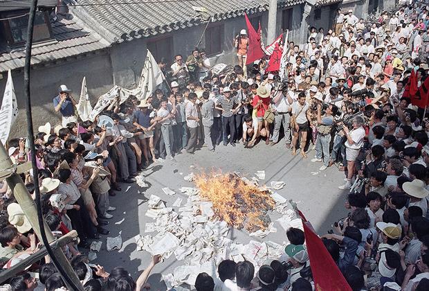 Пришедший в страну «капитализм» изменил до неузнаваемости привычную для китайцев жизнь. Конкуренция росла, социальные гарантии не предоставлялись. После десятилетий относительно равного, хоть и скудного распределения благ, стать ответственными за свое благосостояние оказалось непросто.