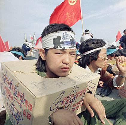 Успех реформ позволил Дэн Сяопину выйти из тени своего предшественника и делать то, что он считает нужным. У преобразователя появились верные соратники Ху Яобан (генеральный секретарь Коммунистической партии Китая) и Чжао Цзыян (глава китайского правительства).  <br><br>  Однако не всех устраивал масштаб проводимых реформ. В конце 1986 года в 150 городах Китая, в том числе в Шанхае и Пекине, студенты вышли на улицы и потребовали от правительства свободу слова и прессы. Западные СМИ назвали протесты продемократическими.  <br><br>  Однако студенты по большей части требовали более близких к своей реальности свобод: не выключать в общежитиях свет в 11 часов вечера, иметь возможность выбирать в правительство своих кандидатов, а не просто ставить галочки напротив предложенных властями имен. Кроме того, молодежь выступала против коррупции, кумовства и роста цен на продукты из-за инфляции.