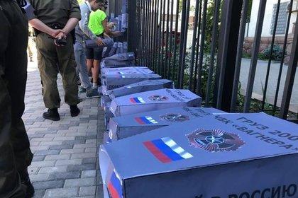 К посольству России в Киеве принесли гробы