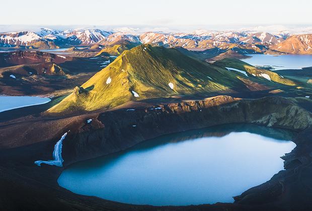 Озера с водой настолько яркой и насыщенной голубизны, что она кажется неественной, — визитная карточка исландских высокогорий. Эти водоемы — залитые водой кратеры потухших в древности вулканов — обожают все приезжающие в Исландию фотографы.