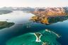Сомаррей (в переводе с норвежского — «летний остров») — островок, создающий тропическую иллюзию за Полярным кругом: его окружают белопесчаные пляжи, на которые набегают прозрачные голубые волны. Все как на Карибах, только вода ледяная.