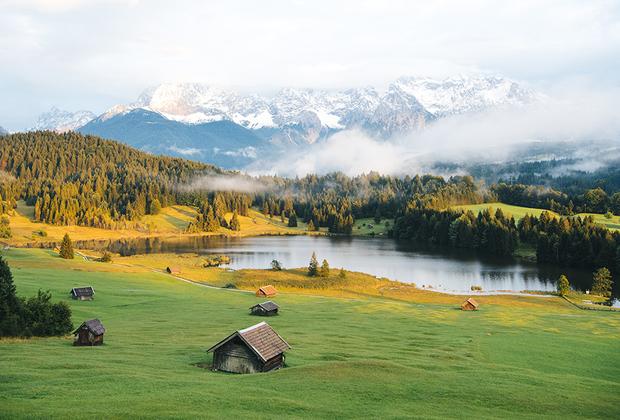 У подножия Баварских Альп раскинулось множество деревушек, а по лугам разбросаны старые и оттого живописные сараи и амбары из потемневших бревен.
