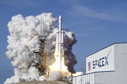 SpaceX отложила 1-ый полет космических туристов кЛуне