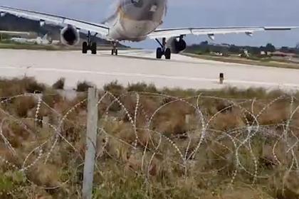 Взлетающий самолет сбил туриста с ног