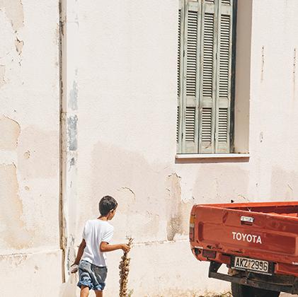 На Санторини, гористом греческом острове вулканического происхождения, находится самая красивая, по согласному мнению путеводителей, деревня Европы — Ийя. Это идеальное место для фотосъемки как сюжетных сценок, так и эпических закатов.