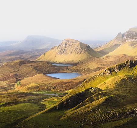 Поросшие травой и вереском холмы и голубые озера вдохновляли не только художников и фотографов, но и поэтов, например, местного уроженца Роберта Бернса.