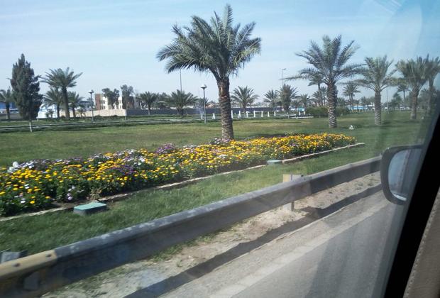 """«Вот так теперь выглядит знаменитый Route Irish, дорога от """"зелёной"""" зоны в аэропорт Багдада. Когда-то там почти ежедневно были засады и подрывы, а теперь растут сады и журчат фонтаны»."""