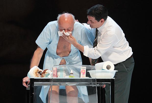 Актеры Серджио Скарлателла (молодой) и Джанни Плацци (пожилой) в сцене из спектакля «Проект J. О концепции Лика Сына Божьего» режиссера Ромео Кастеллуччи.