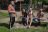 Местные жители отдыхают на детской площадке около кирхи. По состоянию на 2017 год тут проживает 1500 мужчин. Но в Железнодорожном работы для них практически нет.