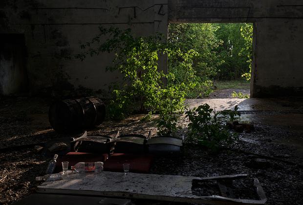 Мусор, оставленный после вечеринки на территории заброшенного завода, исправно работавшего во времена Союза.